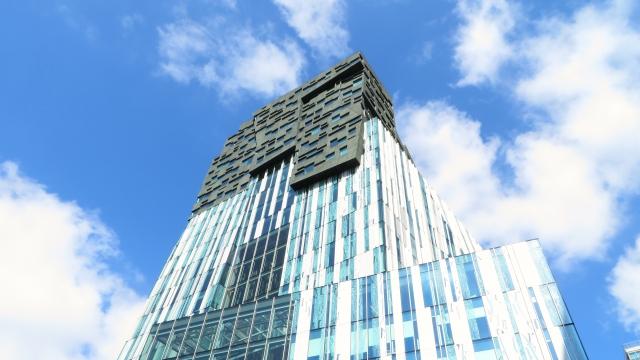 青空とオフィスビル